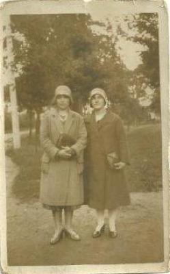 Moeder & dochter Allaert langs Gitsberg, 1930 -1940