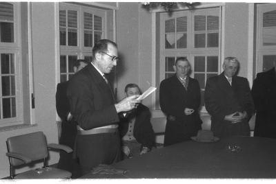 Huldiging gedecoreerden: burgemeester leest brief, Kachtem 1958
