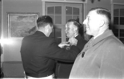 Huldiging gedecoreerden: burgemeester decoreert een 2de man, Kachtem 1958