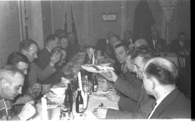 Wielerclub Verenigde Sportvrienden: bestuur aan feesttafel, Emelgem 1958