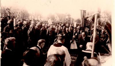Herbegraving naar nieuw kerkhof, Gits, 1945