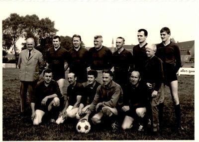 Groepsfoto voetbalclub VP Gits, Gits, 1950