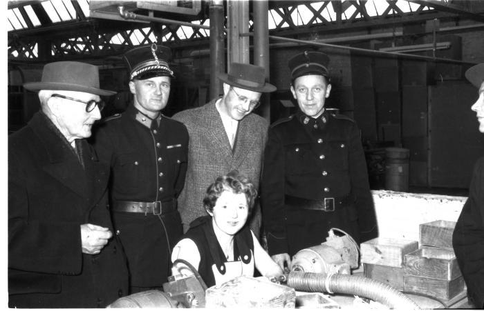 Huldiging Saelen: dochter van Vens aan machine, Kachtem 1958