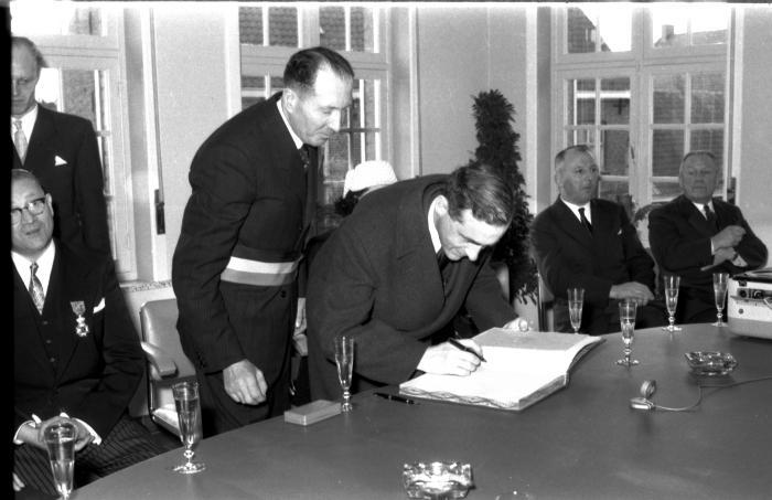 Huldiging Saelen: tekenen van gulden boek, Kachtem 1958