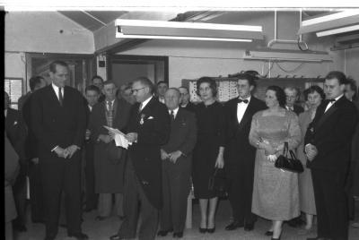 Huldiging Saelen: Saelen leest brief in fabriekshal, Kachtem 1958