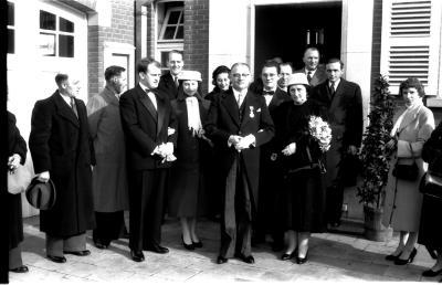 Huldiging Saelen: groepsfoto aan gemeentehuis, Kachtem 1958