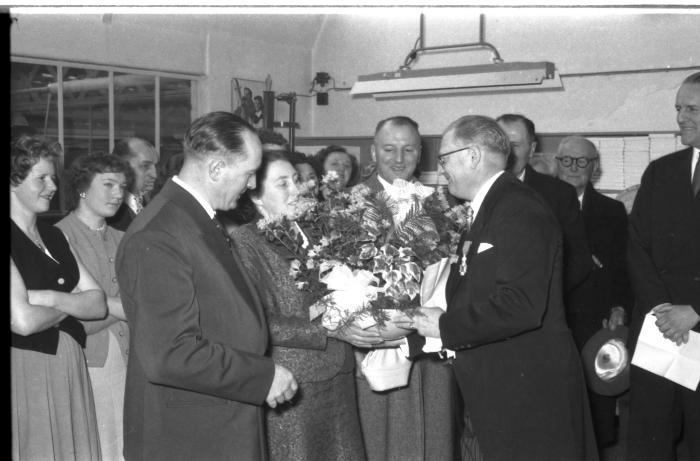 Huldiging Saelen: André Dufour krijgt bloemen en een decoratiel, Kachtem 1958