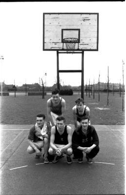 Basketbalploeg: groepsfoto met spelers, Izegem 1958