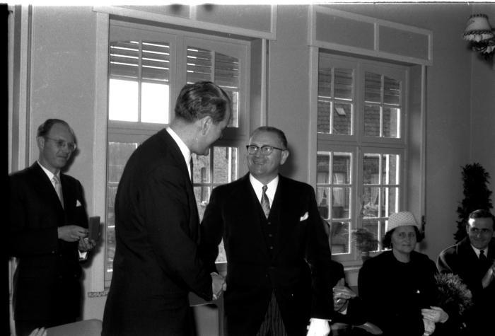 Huldiging Saelen: Saelen krijgt medaille en houdt bedankingsrede, Kachtem 1958