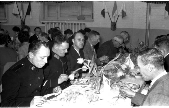 Huldiging Saelen: gemeentepersoneel aan feestmaal, Kachtem 1958