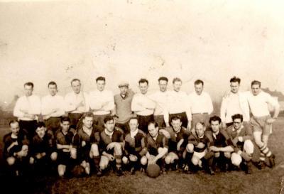 Groepsfoto met twee voetbalverenigingen, Gits, 1960