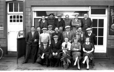 Café 'Nieuwe Abeele': groepsfoto, Izegem 1958