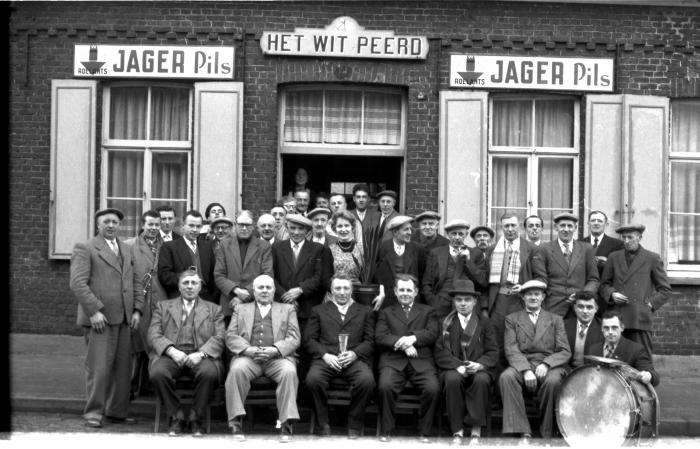 Café 'Het Wit Peerd': groepsfoto, Kachtem 1958