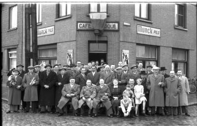 Café 'Aubisque': groepsfoto, Izegem 1958