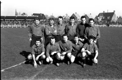 Voetbalclub Eeklo; groepsfoto spelers, Izegem 1958