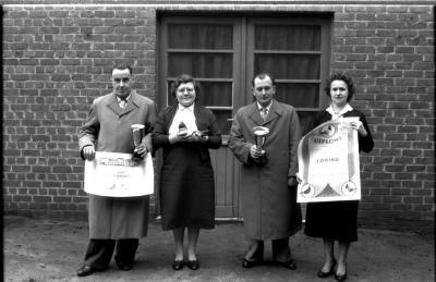 Huldiging kampioenen duivenmelkers 'Het Nieuw Gemeentehuis': 2 paren poseren, Kachtem 1958