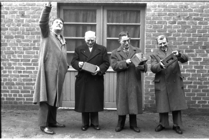 Huldiging kampioenen duivenmelkers 'Het Nieuw Gemeentehuis': mannen met constateur, Kachtem 1958