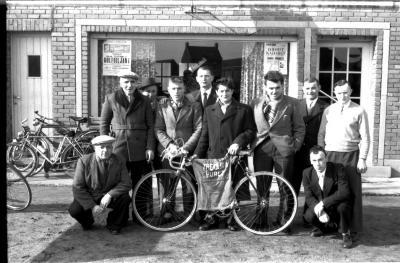 Café 'De Nieuwe Wijk, L. Langsweirt, Coiffeur': Houthoofd poseert met bestuur, Emelgem 1958