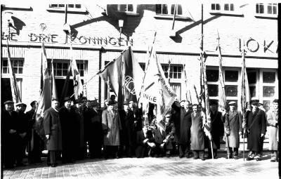 Café 'Drie Koningen, lokaal ACV': vlaggenwijding, Ingelmunster 1958