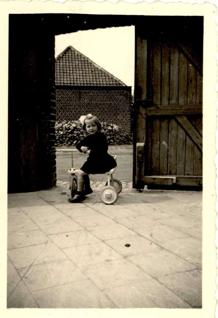 Meisje op kinderfiets, Hooglede, 1950