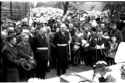 Jubileum echtpaar Oscar De  Molenaar: huldiging door gemeentebestuur, Ingelmunster 1958