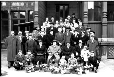 Jubileum echtpaar Parmentier - Viaene, groepsfoto op koer stadhuis, Izegem 1958