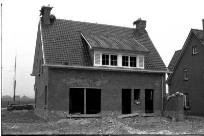 Woonhuis in opbouw: voor- en achtergevel, trap, Izegem 1958