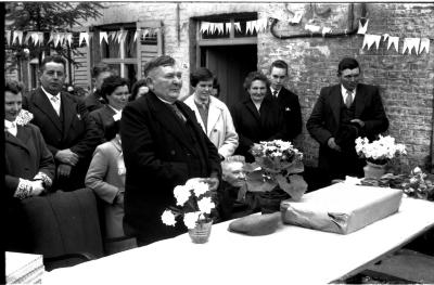 Jubileum echtpaar Oscar De  Molenaar: echtpaar krijgt geschenken, Ingelmunster 1958