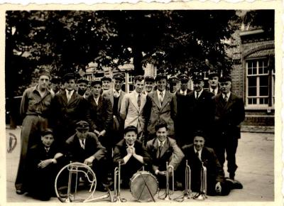 """Groepsfoto wielerclub """"De Bie"""", Gits, 1945"""