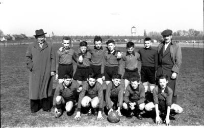 Kampioenenploeg miniemen FC Izegem 1957-1958: groepsfoto spelers, Izegem 1958