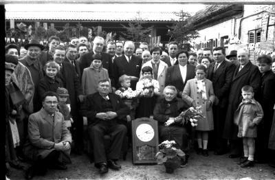 Jubileum echtpaar Oscar De  Molenaar: groepsfoto met familie, Ingelmunster 1958