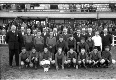 Miniemen FC Izegem poseren met jeugdcomité, Izegem 1958
