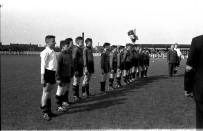 Miniemen FC Izegem tijdens Belgisch Volkslied, Izegem 1958