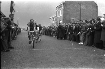 Wielerwedstrijd Ardooie: spurt van groepje renners, Ardooie 1958