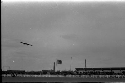 Feest bij padvinders (scouts): vliegtuig boven stadion, Izegem 1958