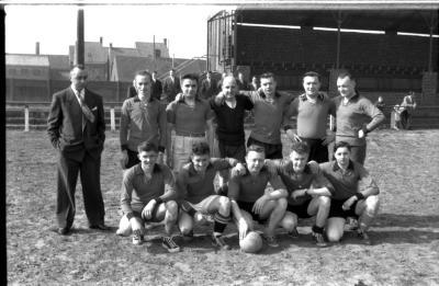 Voetbalploeg Internos: groepsfoto spelers, Izegem 1958