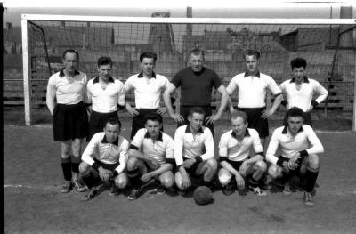 Voetbalploeg Moderne: groepsfoto spelers, Izegem 1958