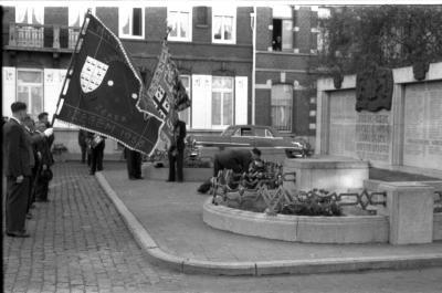 Inhuldiging nieuwe vlag 'Biljartklub Langzaam Maar Zeker, ACW, Izegem 1958': aan monument, Izegem 1958