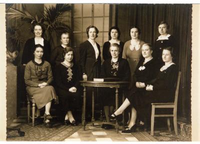 Groepsfoto onderwijspersoneel stadsmeisjesschool, 1938