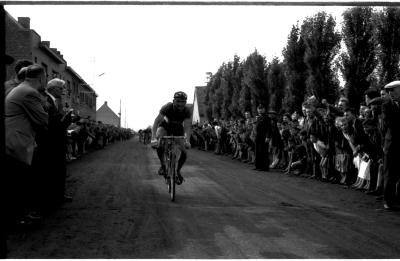 Anton Declercq wint wielerwedstrijd Winkelhoek, Izegem, 11 juli 1958