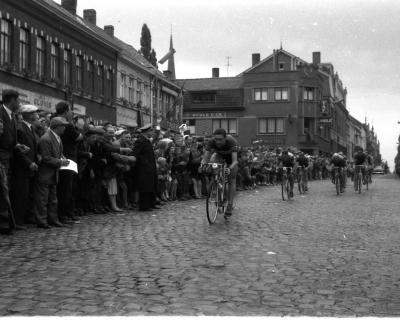 Wielerwedstrijd Brussel-Izegem gewonnen door L. Vandaele, Izegem, 1958