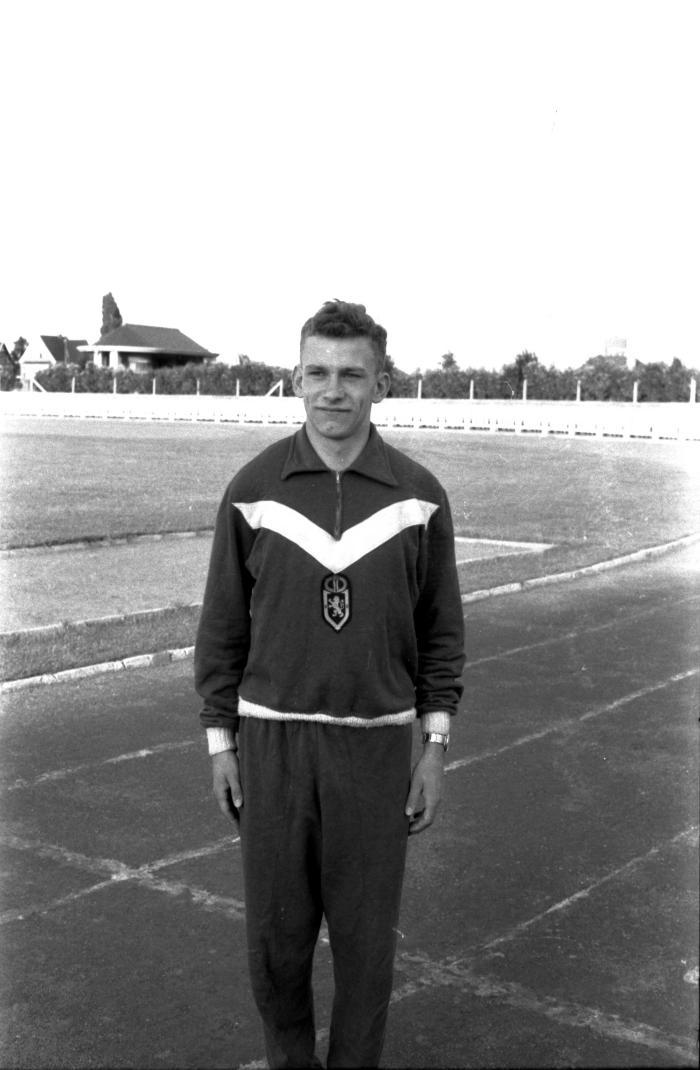 Atleet Remi Vandeputte op piste, Izegem, 1958