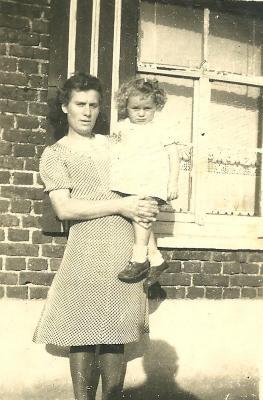 Moeder met dochter op de arm, Gits