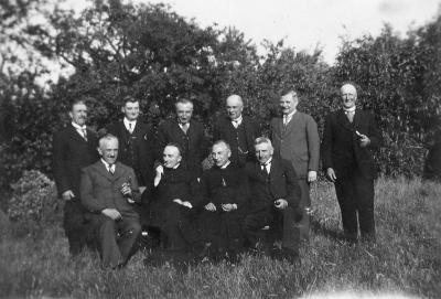 Groepsfoto van de leden van de kerkfabriek van de Onze-Lieve-Vrouwparochie Roeselare