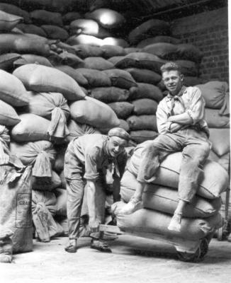 Groepsfoto van arbeiders in het magazijn Debaillie