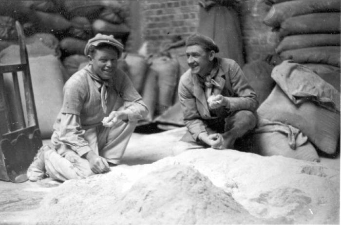 Werkmannen in magazijn Debaillie, 1938