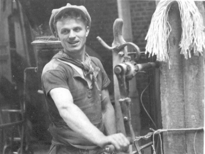 Arbeider bij veevoedermagazijn Debaillie, 1938